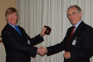 Prof Geoff Cox accepting Philip H Thomas Medal from Prof Dougal Drysdale